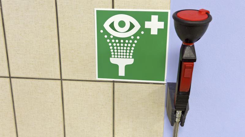 Trạm rửa mắt và tắm khẩn cấp sai quy định - HongLamCo