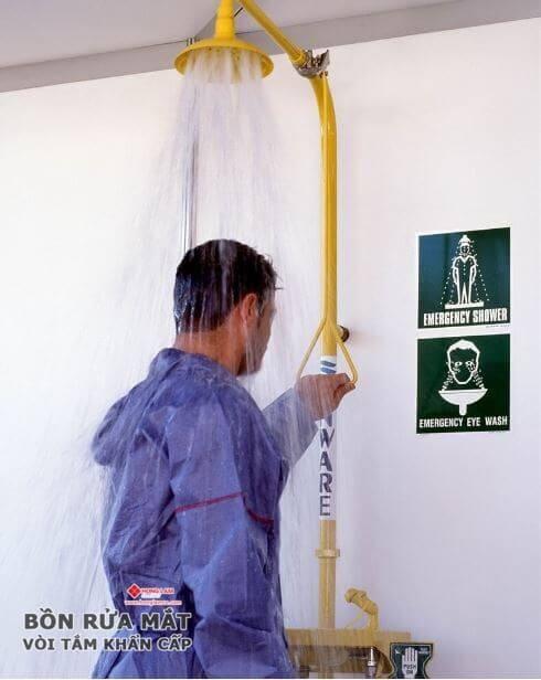 mua thiết bị rửa khẩn cấp nào cho nơi làm việc